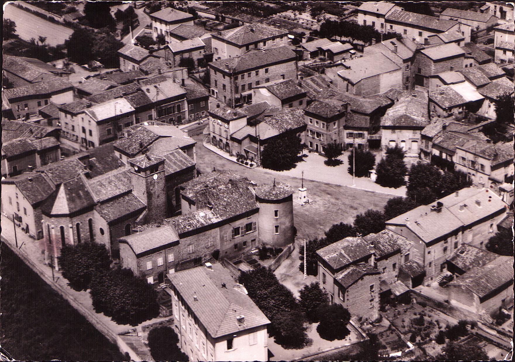 Brindas - Vue aérienne du bourg vers 1945-1950 environ