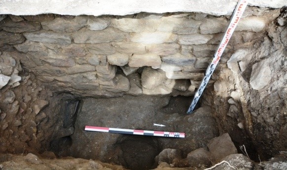 3-sepultures-dans-rocher