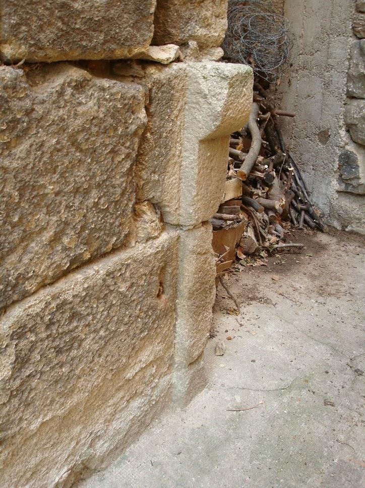 Un piédroit support de linteau avec le parement est du clocher