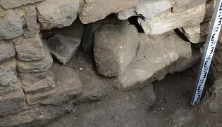 trou-partie-basse-mur-medieval